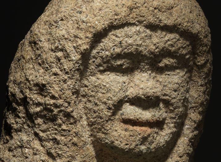 강원 영월 창령사터에서 발굴된 317점 가운데는 립스틱을 칠한 나한상이 여럿 보인다. 성분 분석 결과 예부터 천연안료로 쓰였던 연단(鉛丹·Pb₃O₄)으로 칠한 것이었다. |국립춘천박물관 제공