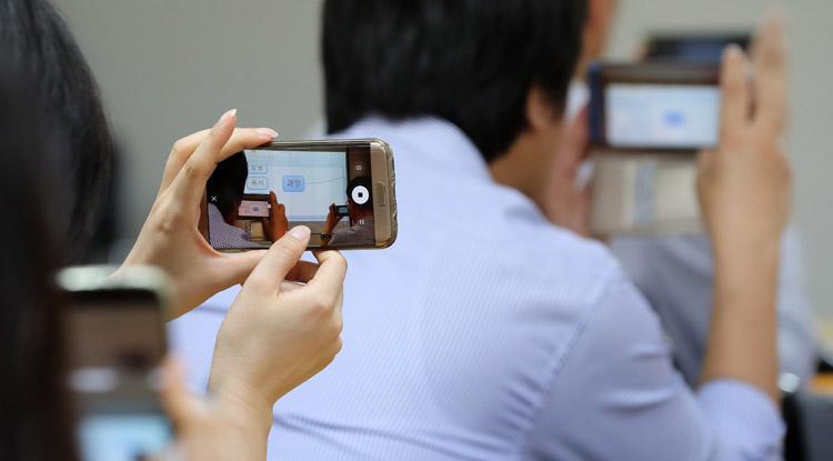 '인생수업' 독자들이 강의 내용을 스마트폰 카메라로 촬영하고 있다. 권도현 기자 lightroad@kyunghyang.com