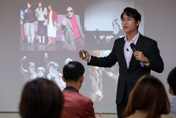 <생각정리스피치>의 저자 복주환 생각정리아카데미 대표가 17일 오후 서울 중구 경향신문사 12층에서 열린 9월 인생수업에서 '명쾌하게 생각하고 조리 있게 말하는 법'을 주제로 강의하고 있다. 복 대표는 말을 잘하고 싶다면 먼저 생각을 정리해야 한다고 강조했다. 권도현 기자 lightroad@kyunghyang.com