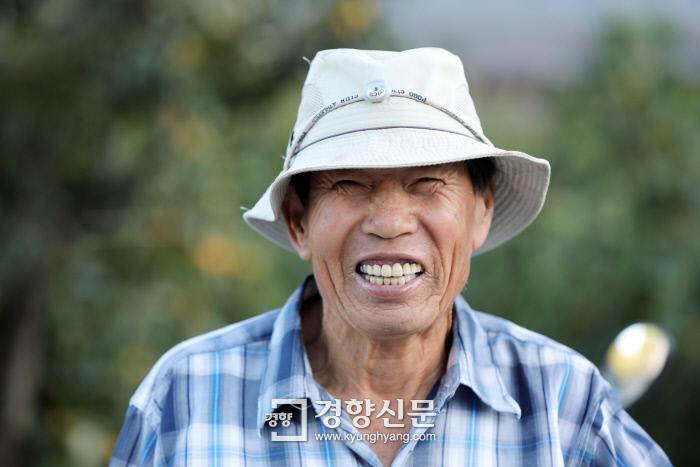 윤병수씨가 녹두밭에서 일을 하다 카메라를 보며 환하게 웃고 있다. 그는 아내 유삼순씨와 8남매를 키워냈다.  /강윤중 기자