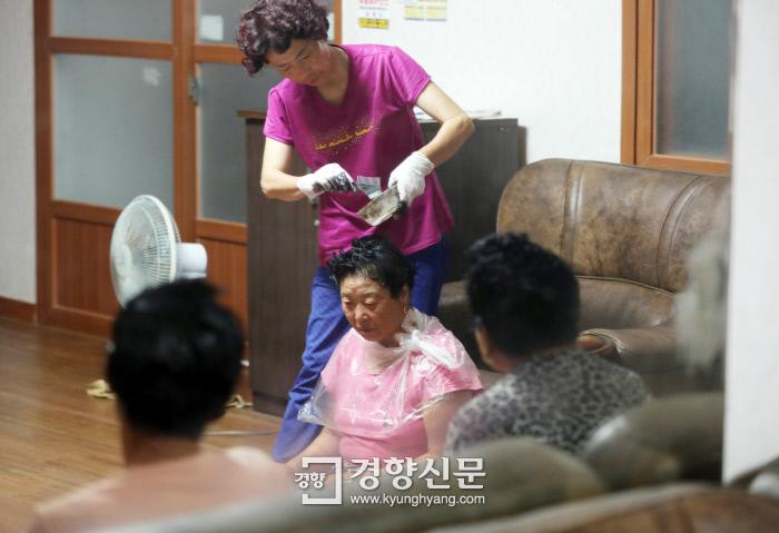 주민들이 마을회관에 모여 명절맞이 머리염색을 하고 있다. /강윤중 기자