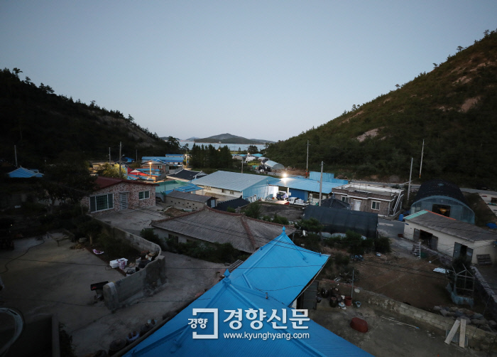 전남 신안군 안좌도 오동리 마을 전경. /강윤중 기자