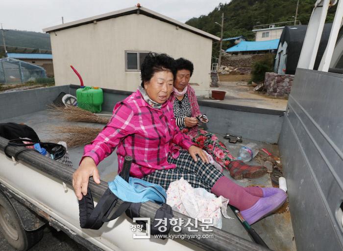 배양례씨와 인순심씨가 공공근로에 나섰다. /강윤중 기자