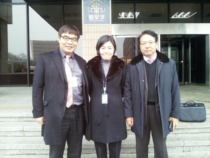 <b>'무죄구형'으로 징계</b> 2013년 2월 검사징계위에 특별대리인으로 한인섭 교수(오른쪽), 김칠준 변호사(왼쪽)와 함께 출석했다.