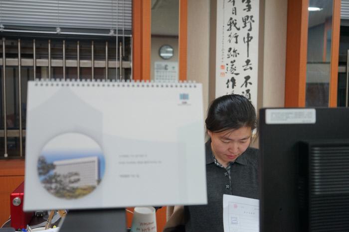 <b>의정부지검에서</b> 2015년부터 2017년까지 의정부지검에서 근무했다. 사진은 임 검사가 집무실에서 야근을 하는 모습.