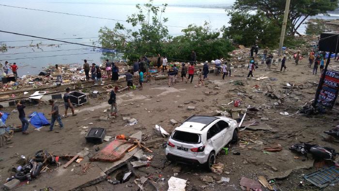 29일(현지시간) 인도네시아 술라웨시 섬 팔루의 해안가 지역이 전날 규모 7.5 강진 후 밀어닥친 쓰나미로 아수라장이 된 모습. 자카르타 AFP=연합뉴스