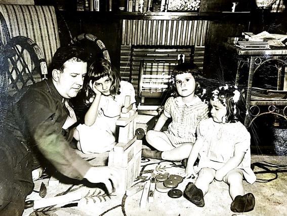 미군정 요원이던 버치는 중위라는 낮은 계급에도 불구, 한국 현대 정치사에 영향을 미쳤다. 사진은 서울 신당동의 집에서 세 딸과 함께 시간을 보내고 있는 버치의 모습이다.