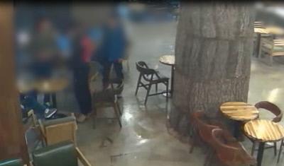 2015년 4월 26일 ㄱ파 조직원들이 불법 도박장에서 흉기로 피해자를 협박하고 있다.    |경남경찰청 제공