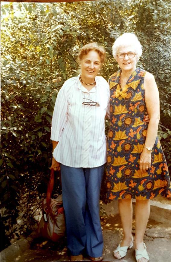 1978년에 찍은 버치 부인(오른쪽)의 사진. 왼쪽은 딸로 보이며, 버치 문서를 하버드대에 기증한 가족의 일원인 것 같다.