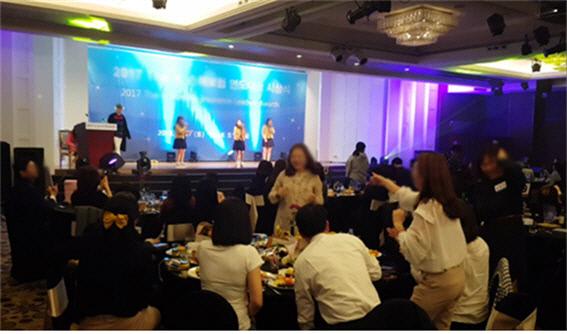 지난해 3월 서울 모처에서 서울공연예술고 학생들이 한 보험회사가 마련한 직원대상 만찬회에서 교복을 입고 공연하고 있다. 이 행사에서 직원들은 술을 마시면서 학생들의 공연을 지켜봤다. ㅣ더불어민주당 박용진 국회의원실 제공