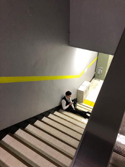 판매 노동자들은 쉴 곳이 없어서 계단에 앉아 쉬거나 건물 밖으로 나가야 한다. 사진 전국서비스산업노동조합연맹