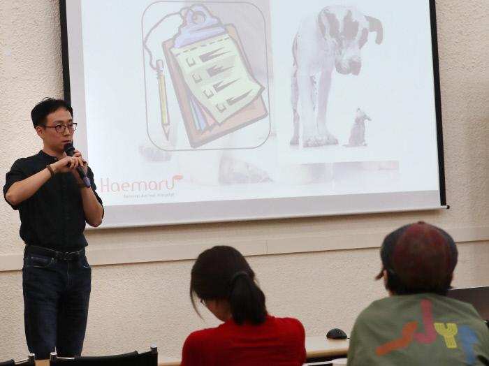 김현욱 해마루동물병원장이 지난 22일 경향신문사에서 열린 인생수업 10월 강연에서 '나이든 반려동물과 함께 사는 법'을 주제로 이야기하고 있다.    권도현 기자 lightroad@kyunghyang.com
