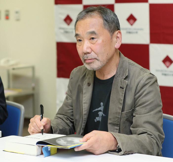 일본 작가 무라카미 하루키가 지난 4일 모교인 와세다대학에서 기자회견을 열고 자신의 원고 등을 기증 하겠다고 발표했다. 도쿄   교도연합뉴스