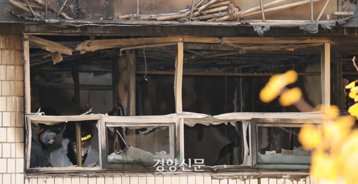 9일 오전 7명의 사망자와 11명의 부상자가  발생한  서울 종로구 관수동의 고시원 화재 현장에서 경찰과 소방 관계자들이 화재 감식을 하고 있다. 이상훈 선임기자 doolee@kyunghyang.com