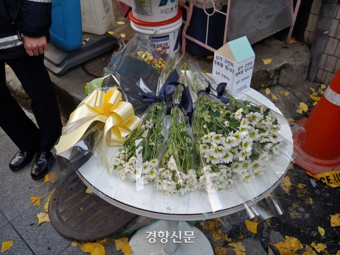 서울 종로구 국일고시원 화재 현장 앞에 놓인 조화. 허진무 기자
