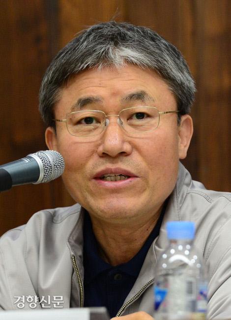 2013년 5월10일 국회도서관에서 개최된 '사내하청은 정규직 고용안정의 방패인가'라는 제목의 토론회에서 조돈문 가톨릭대 교수가 발언을 하고 있다. 김영민 기자 viola@kyunghyang.com