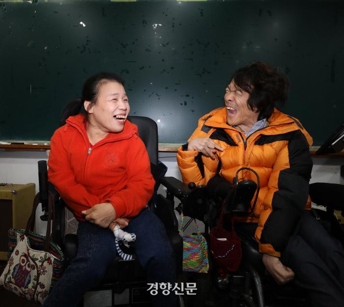 장애경(왼쪽)씨와 김탄진씨는 부부다. 시설에서 만나 비밀연애를 했다. 10년 전 시설을 탈출해 결혼했다. /강윤중 기자