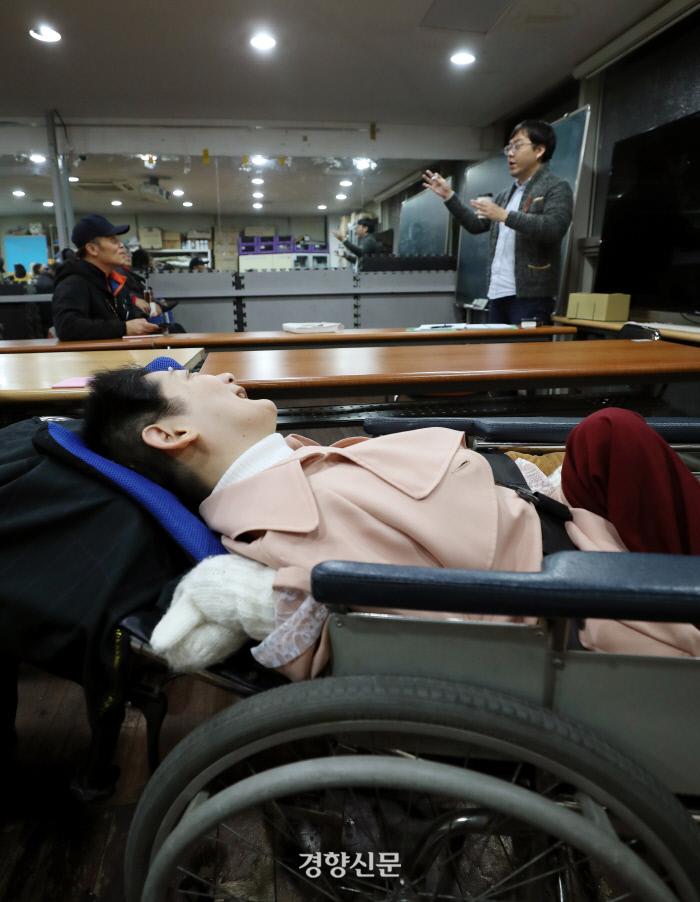 영어시간. 이영애씨가 휠체어에 누운 채 고개를 돌려 교사를 바라보고 있다. 이날 계절과 관련된 단어를 배웠다. /강윤중 기자