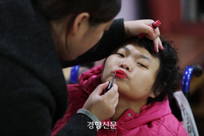 야학수업을 앞두고 김수지씨가 이혜미씨의 입술에 립스틱을 발라주고 있다. /강윤중 기자