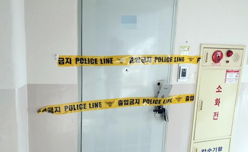 A (33), found dead on the flowerbed in the apartment complex in Cheongju, North Chungcheong Province on March 17, is attached to the police control line. Mr A.'s wife was found with a knife at home with a gun. | News Yonhap