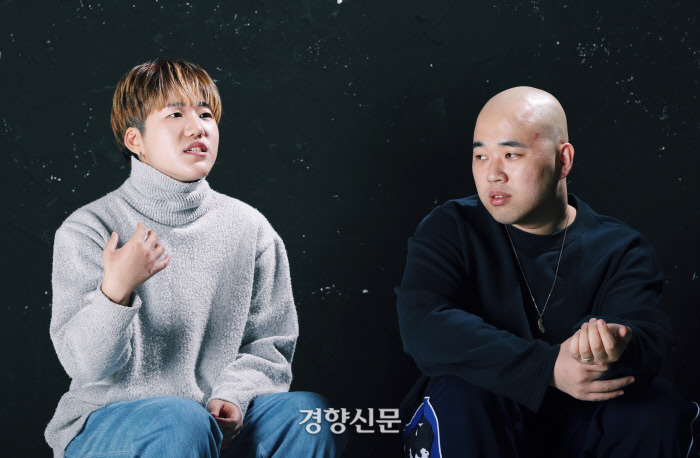 """Rapper Slick (left) and Jerry Kay, who released the song for Rapper Mountain's new song """"Feminists,"""" have interviewed the headquarters of the Kyunghyang newspaper on the 20th. Her hip-hop label, Days Alive, is the only hip-hop scene that deals with the minority agenda and is considered a group against hate women. Kim Young Min"""