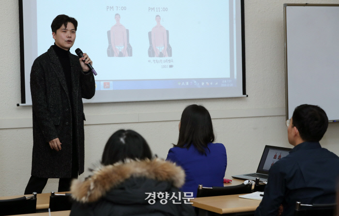 하완 작가가 20일 서울 중구 경향신문사에서 열린 11월 인생수업에서 '인생, 열심히 살지 않아도 돼'를 주제로 강의하고 있다.   권도현 기자 lightroad@kyunghyang.com