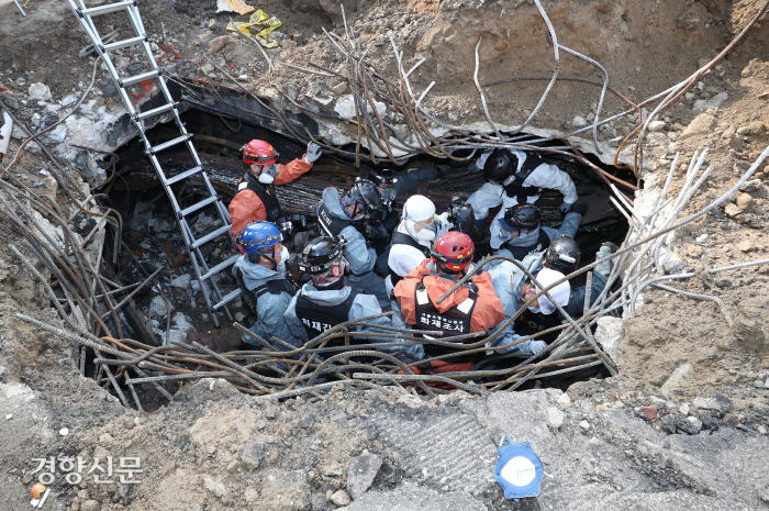 25일 경찰과 소방관계자들이 전날 발생한 서울 충정로 KT아현지사 지하 통신구 화재 현장을 조사하고 있다. 강윤중 기자