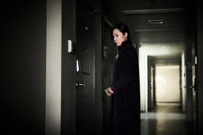 영화 <도어락 >의 한 장면. 주인공 경민은 혼자 사는 비정규직 행원이다. 어느 날 자신의 집에 누군가 침입하고 있다는 의심이 들기 시작한다. / (주)영화사 피어나