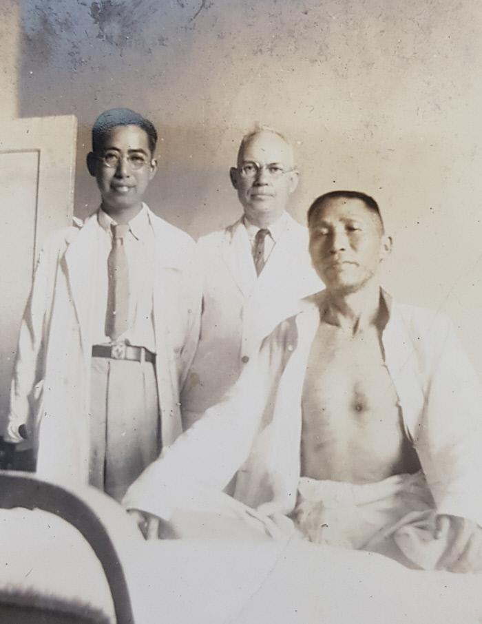 1938년 백범 김구 선생이 일제 밀정의 총격으로 가슴에 총탄을 맞 고 중국 장사 상아병원에서 수술 후 의사들과 사진을 찍고 있다. 부산시립박물관 제공