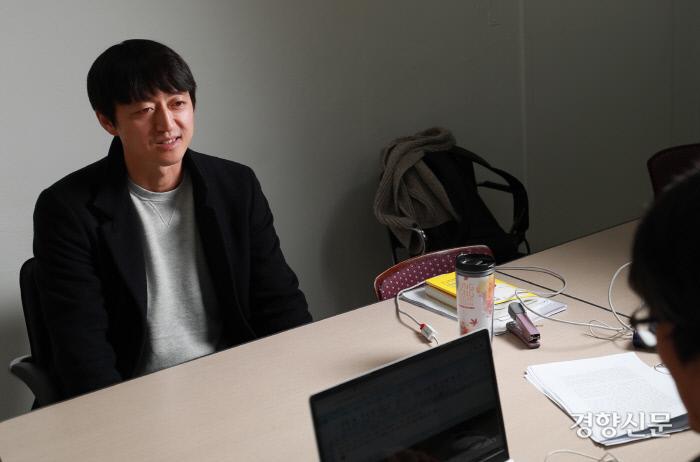 12월 11일 경향신문사에서 <주간경향>과 인터뷰하고 있는 김수근 위인맞이환영단 단장/우철훈 선임기자