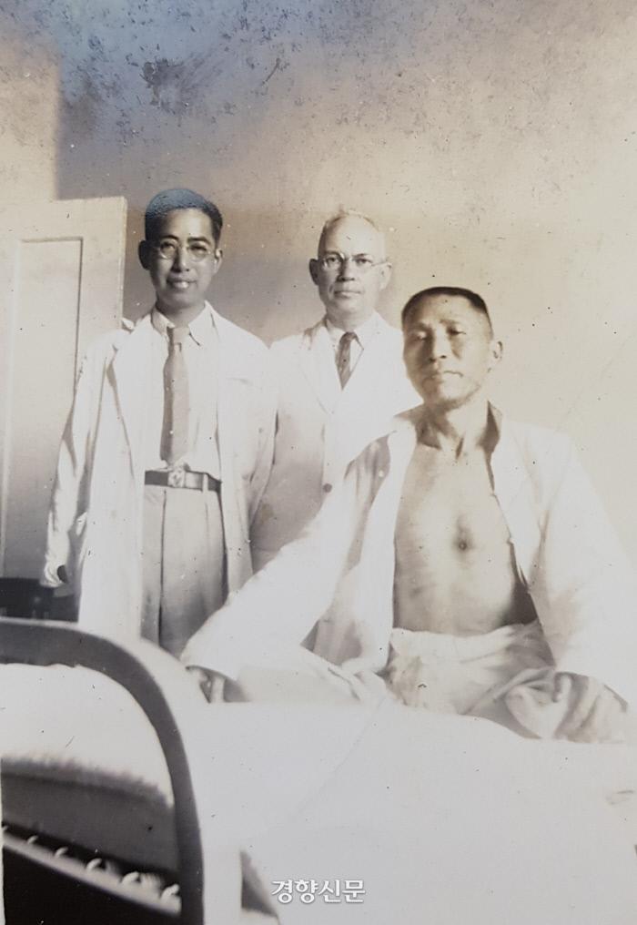 1938년 중국 장사 상아병원에서 가슴에 총을 맞고 거의 한 달 만에 살아난 백범이 의사와 기념촬영을 했다.