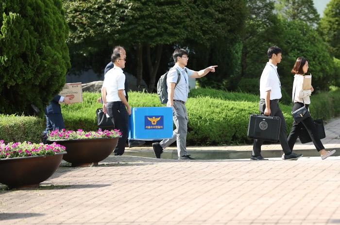 지난 9월 5일 서울 강남구 숙명여자고등학교를 압수수색한 경찰 수사관들이 압수물을 담은 상자를 들고 학교를 나서고 있다. 연합뉴스