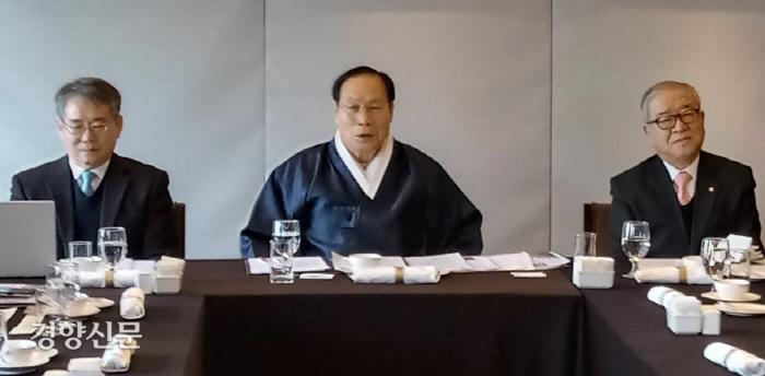 천도교 최고지도자인 이정희 교령(가운데)이 9일 서울 중구 한국프레스센터에서 기자간담회를 열고 올해 계획을 설명하고 있다. 왼쪽은 임형진 천도교종학대학원 원장, 오른쪽은 이범창 종무원장.