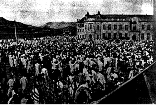 1919년 3월1일 덕수궁 앞에 모인 군중들이 독립만세를 외치며 행진하고 있다.  경향신문 자료사진