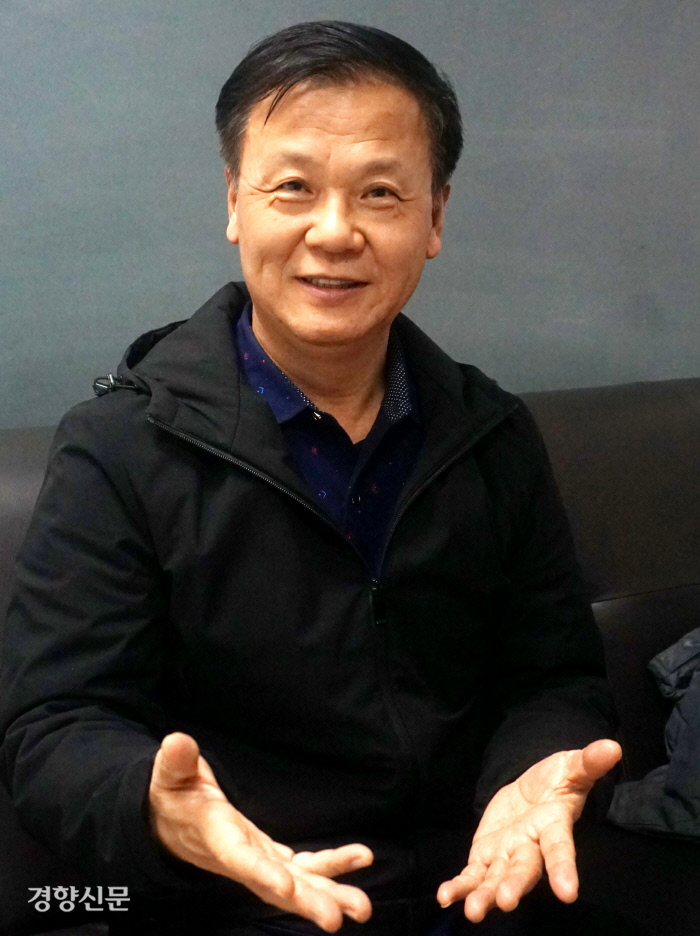 상룽성 조선의용군열사기념관장이 지난달 17일 중국 한단시에 있는 자신의 사무실에서 경향신문과 인터뷰하고 있다.