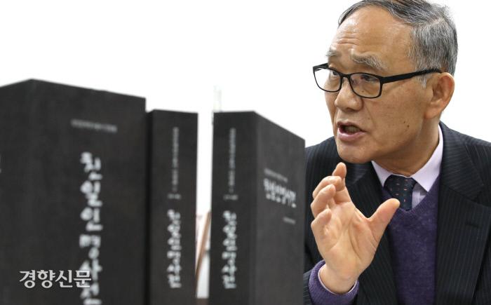 2002년부터 친일인명사전편찬위원장을 맡고 있는 윤경로 전 한성대 총장이 지난달 20일 서울 용산구 민족문제연구소 사무실에서 2009년 <친일인명사전> 발간 당시 경험을 이야기하고 있다. 김기남 기자 kknphoto@kyunghyang.com