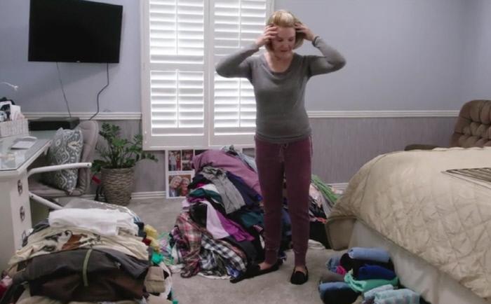 넷플릭스 버라이어티쇼 <설레지 않으면 버려라>의 한 장면. 내 방을 가득 채운 소유물들을 어떻게 비워내야 할지 모르겠다면 '내가 이걸 갖고 있으면 행복한가?'라는 질문을 떠올려보자.