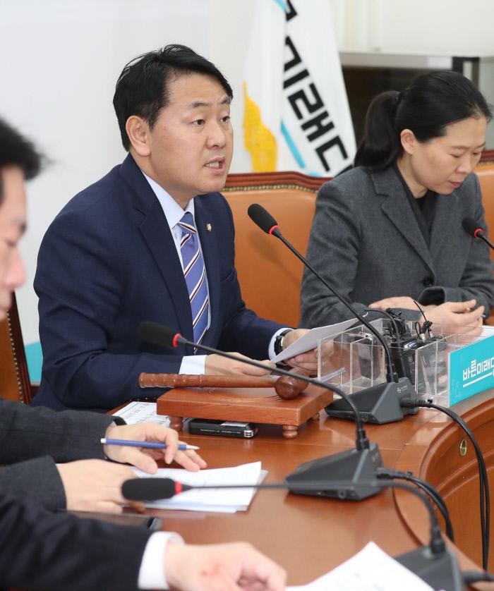 바른미래당 김관영 원내대표(왼쪽)가 24일 오전 국회에서 열린 원내정책회의에서 발언하고 있다. 연합뉴스