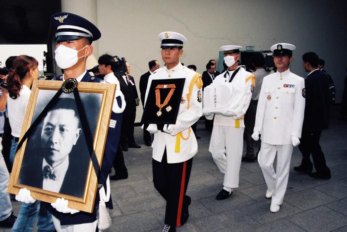 상해임시정부 의정원 의장을 지낸 독립운동가 손정도 목사의 유해가 1996년 9월11일 김포공항을 통해 만주에서 국내로 봉환되고 있다.  경향신문 자료사진