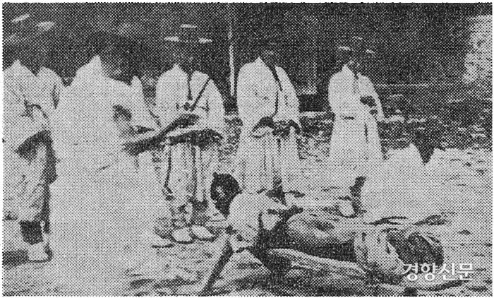 구한말 곤장을 맞는 모습. 세종시대의 성균관 유생 최한경은 지나던 부인을 덮쳤다는 혐의로 장 80대의 처벌을 받았다.