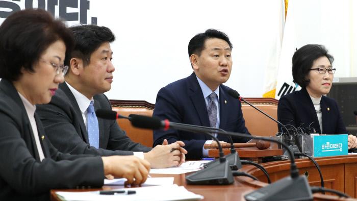 바른미래당 김관영 원내대표(왼쪽부터 세번째)가 7일 오전 국회에서 열린 원내정책회의에서 발언하고 있다.<연합뉴스>