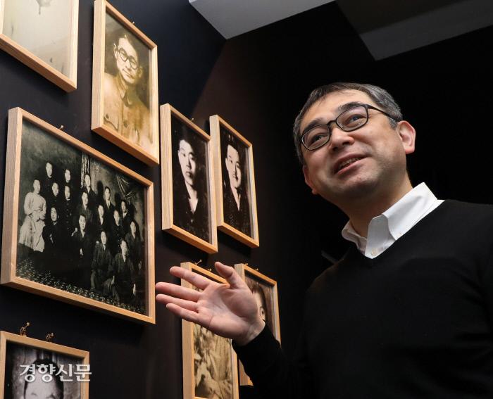 도쿄의 재일본한국YMCA 건물 2층에 새로 문을 여는 2·8 독립선언기념자료실에서 지난 6일 다즈케 가즈히사 실장이 벽에 걸린 조선청년독립단원들의 사진에 대해 설명하고 있다. 도쿄 | 김창길 기자