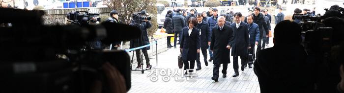 양승태 전 대법원장이 구속 전 피의자심문을 받기 위해 1월 23일 서울중앙지방법원에 들어서는 모습을 카메라기자들이 촬영하고 있다. / 김창길 기자