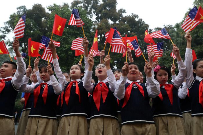 베트남 수도 하노이 거리에서 한 중학교 학생들이 2월27일 미국과 베트남, 북한 국기를 흔들고 있다. 로이터연합뉴스