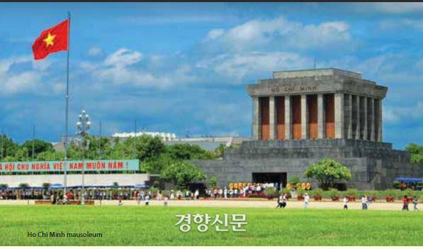 베트남 수도 하노이 시내에 있는 국부 호찌민의 영묘. 늘 방문객이 줄을 잇는다.   베트남 외교부 사이트