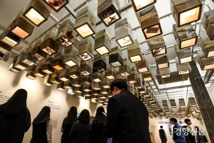 4월12일 경기도 안산 4.16 기억전시관에서 강서고 학생들이 전시관을 둘러보고 있다. 이준헌 기자  ifwedont@kyunghyang.com