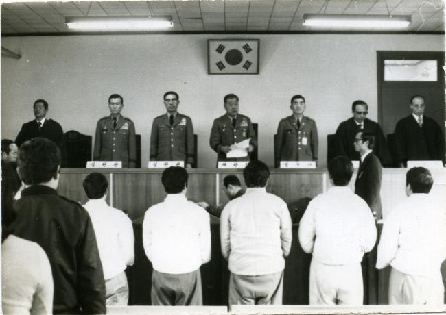 1974년 4월 긴급조치 4호 사건을 맡은 비상고등군법회의 모습. 오른쪽 변호인석에 선  인물이 한승헌 변호사다. 출처 : 경향신문 '한승헌의 재판으로 본 현대사'