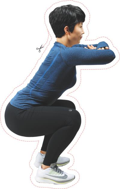 <b>기본 스쿼트</b> 자신의 어깨너비로 발을 벌린 뒤 엄지발가락을 살짝 밖으로 향하게 한다. 허리는 곧게 세우고 두 팔은 가슴 앞에서 팔짱을 낀 뒤 엉덩이가 살짝 뒤로 가는 느낌으로 앉는다. 이때 무릎이 발끝과 같은 방향으로 향하도록 주의한다.