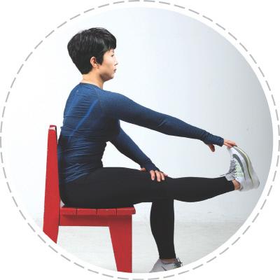 <b>(사진 3)햄스트링 스트레칭</b> 의자에 앉아 한쪽 다리를 펴서 위로 들어올린 뒤 다리와 같은 쪽 손을 발끝을 잡고 몸 쪽으로 당겨 준다. 이때 무릎이 구부러지지 않도록 반대편 손바닥으로 가볍게 눌러 10초간 유지한 뒤 반대쪽도 같은 방법으로 운동한다.