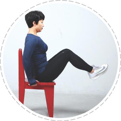 <b>무릎 들기</b> 의자에 앉아 양쪽 손으로 의자를 잡고 두 다리를 살짝 들어 발끝을 몸쪽으로 당긴 뒤 천천히 내리는 동작을 10회 반복한다.
